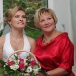 Невеста и мама на свадьбе