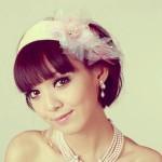 Свадебная прическа на короткие волосы у невесты с цветком на голове