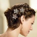 девушка с волосами средней длины и маленькими цветочками в волосах