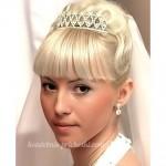 Свадебная прическа у блондинки на длинные волосы с челкой и фатой