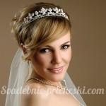 Невеста со средними волосами с фатой