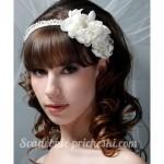 Девушка с ободком и цветком в волосах