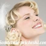 Улыбающаяся блондинка с пером в волосах