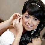 Улыбающаяся красивая невеста