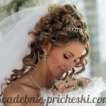 Невеста с длинными, кудрявыми, распущенными волосами