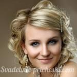 Блондинка с волосами средней длинны