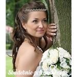девушка с букетом цветов возле дерева