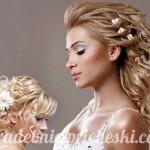 две блондинки с распущенными волосами