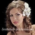 Девушка с красивыми волосами и цветком на голове