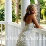 Невеста в белом платье с длинными волосами