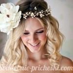 блондинка с искусственным цветком в волосах