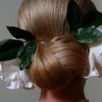 Красивая прическа с цветком в волосах