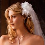 Свадебная прическа у невесты с цветком и фатой