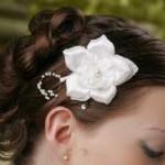 Очень красивая прическа с цветком в волосах