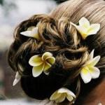 Красивая прическа с цветами в волосах