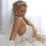 Красивая девушка в свадебном платье с диадемой и фатой