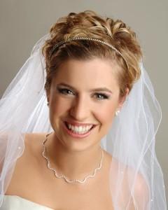 Свадебная прическа с диадемой и фатой на короткие волосы