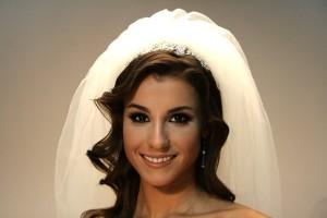 Свадебная прическа с диадемой и фатой с распущенными локонами
