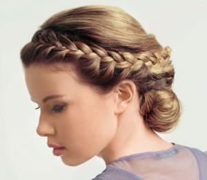 Образец элегантной прически коса с пучком для свидетельницы