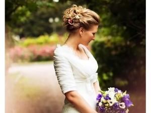 Невеста со свадебной прической каре