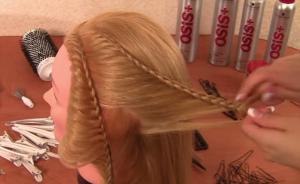 От центрального пробора выделяем тонкую прядь волос и начинаем плетение, оттягивая косу под прежним углом