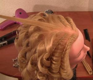 Оставшиеся волосы закручиваем плойкой, начиная с затылка и двигаясь вверх