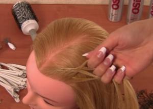 От линии роста волос захватываем тонкие дополнительные пряди и присоединяем их к основным