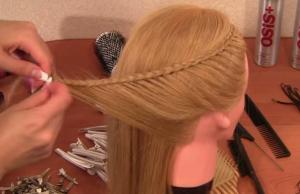 Плетение аналогичной косички с другой стороны