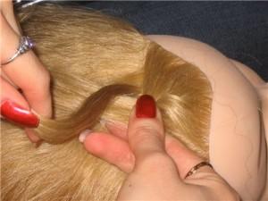 По центру у самой линии роста волос выделяем небольшую прядь и разделяем ее натрое