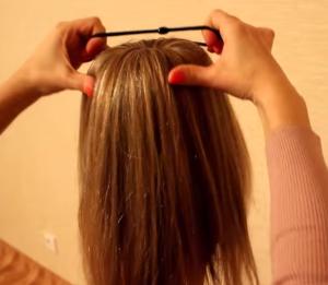 Расправляем волосы из хвоста, полностью закрывая бублик