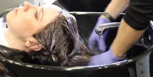 После выдерживания красителя, промываем волосы водой