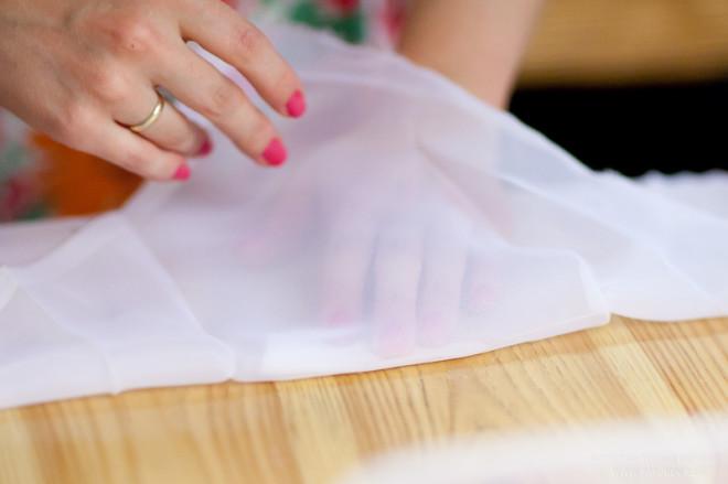 Берем прозрачную ткань, сворачиваем вдвое. Внутрь вкладываем лепесток. Линии сгибов лепестка и ткани должны совпасть