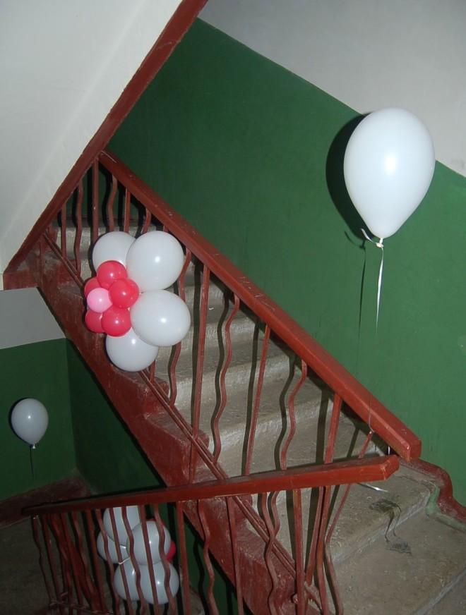 Украшение перил и стен подъезда на свадьбу шариками