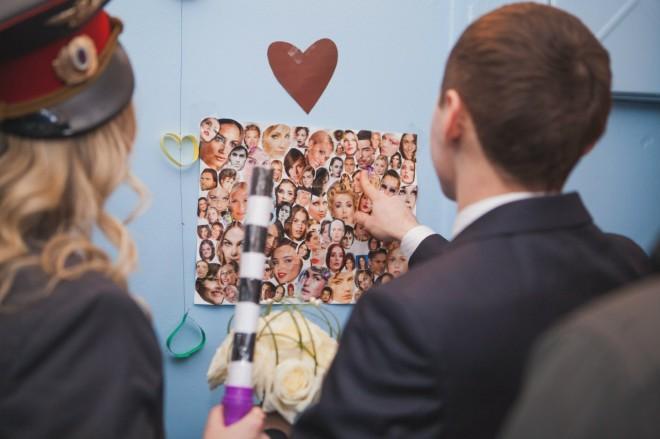 Украшение стен подъезда на свадьбу плакатами и рисунками