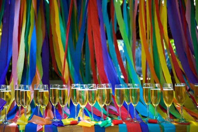 Шелковые ленты на радужной свадьбе