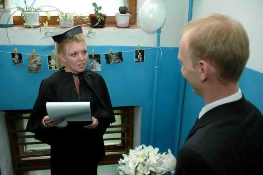 Вариант декорирования перил подъезда на свадьбу