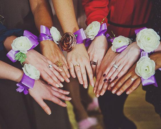 Ваши подружки могут надеть яркие украшения в определенном стиле