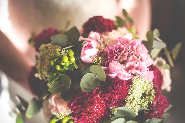 Нежный и кремовый свадебный букет из пионов, роз и эвкалипта