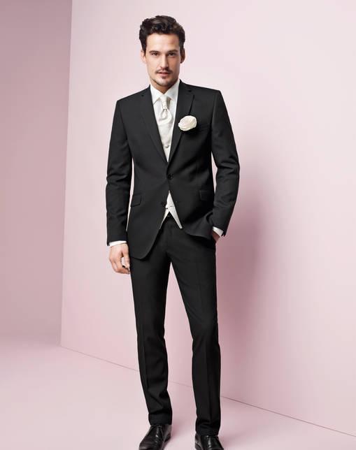 Стильные мужские костюмы на свадьбу, как правило, отшиваются из натуральных дорогих