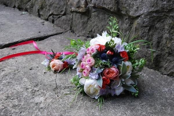 Красочный свадебный букет из пионов, роз и дельфиниума