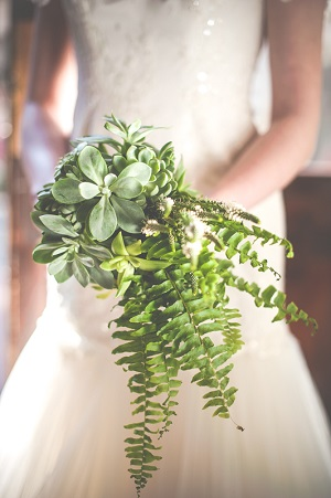 Зеленый свадебный букет из суккулентов и папоротников