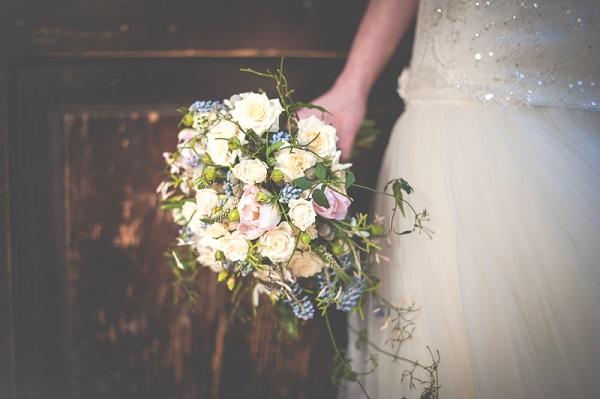Сливочно-белый свадебный букет с розами, тюльпанами и лавандой