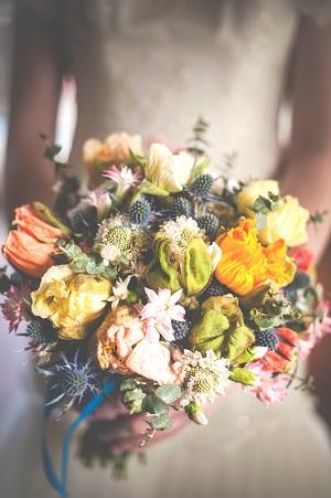 Пастельный и естественный деревенский свадебный букет из маков и синеголовника