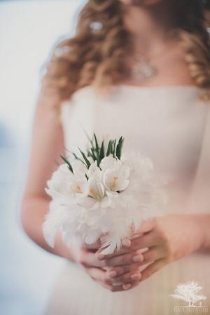 Белый свадебный букет из крокусов, обрамленный перьями