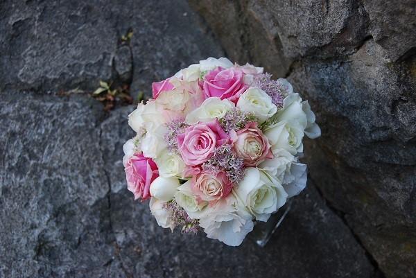 Бело-розовый свадебный букет из роз и эустомы