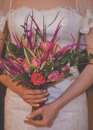 Свадебный букет из роз и эвкалипта