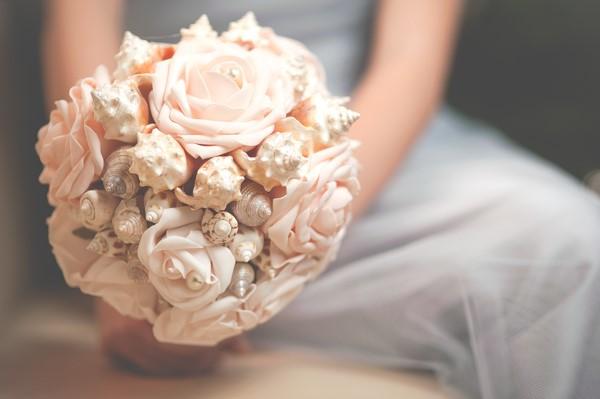 Розовый свадебный букет из ракушек