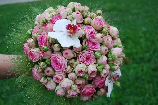 Свадебный букет из бело-розовых цветов орхидей и роз