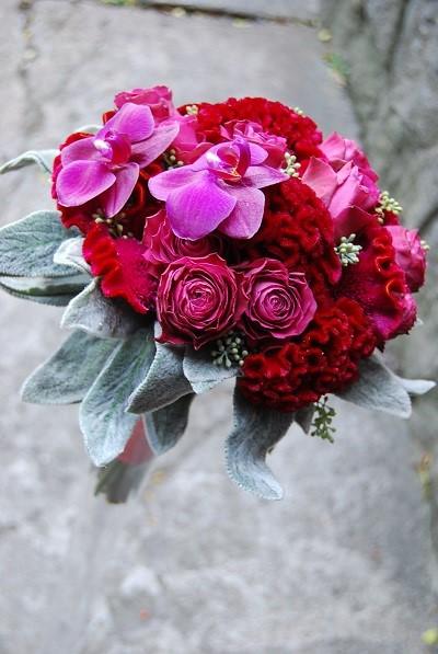 Пурпурный свадебный букет с розами,орхидеями и листьями чистеца византийского