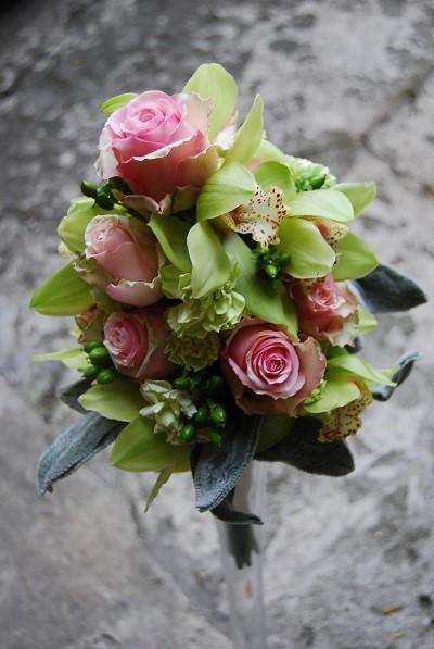 Свадебный букет в розовых и зеленых тонах из орхидей, роз, гвоздик, зверобоя и листьев чистеца византийского